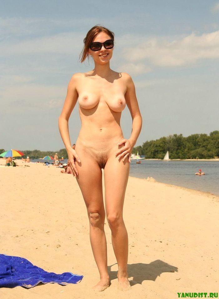 Голая женщина на пляже, негры ебут большим членом худых